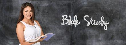 Vrouw die de Bijbel bestuderen stock afbeeldingen