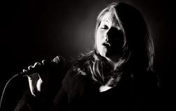 Vrouw die de Blauw zingt Royalty-vrije Stock Foto's