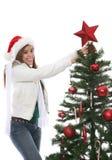 Vrouw die de boom van Kerstmis verfraait Royalty-vrije Stock Fotografie