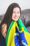 Vrouw die de Braziliaanse vlag houden royalty-vrije stock afbeelding