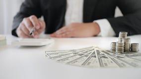 Vrouw die de calculator over investeringsplan, fondsen en het bank concept gebruiken royalty-vrije stock fotografie