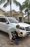 Vrouw die de carrosserie van een witte zaalauto wassen royalty-vrije stock foto's