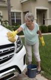 Vrouw die de carrosserie van een witte zaalauto wassen royalty-vrije stock fotografie