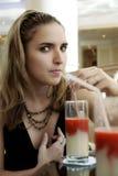 Vrouw die de Cocktail van het Sap van Florida drinkt Stock Fotografie
