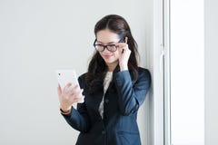 Vrouw die de Computer van de Tablet met behulp van Royalty-vrije Stock Afbeelding