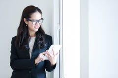 Vrouw die de Computer van de Tablet met behulp van Royalty-vrije Stock Afbeeldingen