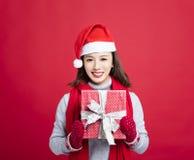 Vrouw die de doos van de Kerstmisgift tonen stock afbeelding
