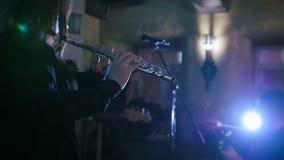 Vrouw die de fluit spelen bij volksoverleg stock video
