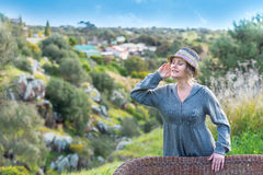 Vrouw die de geluiden luisteren royalty-vrije stock foto's