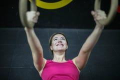 Vrouw die in de gymnastiek uitwerken Royalty-vrije Stock Afbeelding
