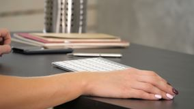 Vrouw die in de hand van het huisbureau aan toetsenbord werken De groene Vertoning van het het Schermprototype stock videobeelden