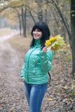 Vrouw die in de herfstpark loopt Stock Afbeelding