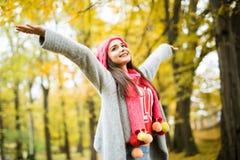 Vrouw die in de herfstpark loopt stijg haar handen royalty-vrije stock foto's