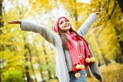 Vrouw die in de herfstpark loopt stijg haar handen royalty-vrije stock fotografie