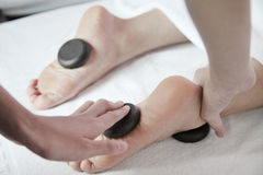 Vrouw die de Hete Massage van de Steenvoet ontvangen Royalty-vrije Stock Foto