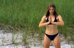 Vrouw die in de Houding van de Yoga Bikini draagt Royalty-vrije Stock Afbeelding