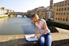 Vrouw die de kaart kijkt Stock Foto's