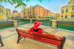 Vrouw die de kanalen van Venetië kijken stock afbeeldingen