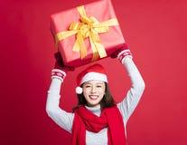 Vrouw die de Kerstmisgift tonen royalty-vrije stock foto