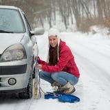 Vrouw die de Kettingen van de Sneeuw toepassen royalty-vrije stock fotografie