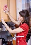 Vrouw die de keuken schoonmaakt Royalty-vrije Stock Foto's