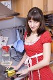 Vrouw die de keuken schoonmaakt Stock Afbeelding