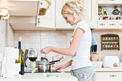 Vrouw die in de keuken werkt Stock Foto