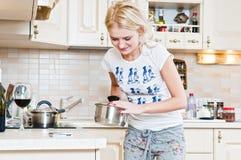 Vrouw die in de keuken werkt Royalty-vrije Stock Afbeelding
