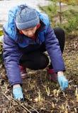 Vrouw die de lente het schoonmaken in een tuin maken Stock Afbeelding