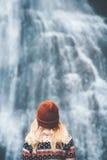 Vrouw die de Levensstijl van de watervalreis bekijken Royalty-vrije Stock Fotografie