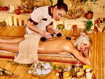Vrouw die de massage van de steentherapie krijgt Stock Foto's