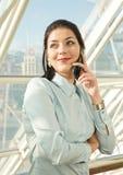 Vrouw die de mobiele telefoon uitnodigt Stock Foto
