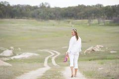 Vrouw die de naakte hoge hielen van de voeten openluchtholding lopen Royalty-vrije Stock Fotografie