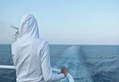 vrouw die de oceaan bekijkt Royalty-vrije Stock Foto's