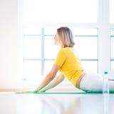 Vrouw die de oefening van de YOGA thuis doet Royalty-vrije Stock Foto's