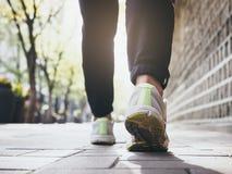 Vrouw die de openlucht Gezonde levensstijl van de Joggingoefening lopen royalty-vrije stock fotografie