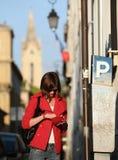 Vrouw die de parkerenprijs betaalt Stock Foto's