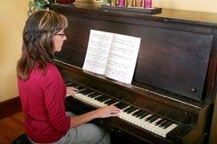Vrouw die de piano speelt Royalty-vrije Stock Afbeeldingen