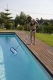 Vrouw die de pool schoonmaakt Royalty-vrije Stock Afbeeldingen