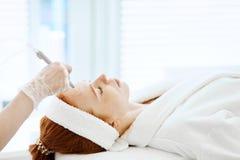 Vrouw die de procedure van de gezichtsschil in schoonheidscentrum krijgen Gezichtsgas vloeibare schil royalty-vrije stock foto
