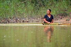 Vrouw die de rivier in Thailand overkomen Royalty-vrije Stock Foto