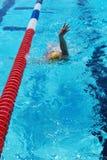 Vrouw die de Rugslag zwemt Stock Foto