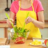 Vrouw die de salade van het verse groentenvoedsel voorbereiden Stock Afbeeldingen