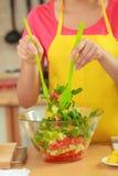 Vrouw die de salade van het verse groentenvoedsel voorbereiden Royalty-vrije Stock Foto's