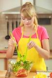 Vrouw die de salade van het verse groentenvoedsel voorbereiden Royalty-vrije Stock Afbeeldingen