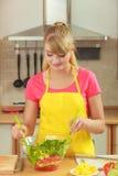Vrouw die de salade van het verse groentenvoedsel voorbereiden Royalty-vrije Stock Foto