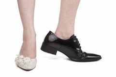 Vrouw die de schoenen van mannen van lesbisch huwelijk dragen Stock Afbeelding