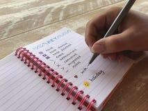 Vrouw die de sleutel in eigengemaakt kogeldagboek schrijven stock fotografie