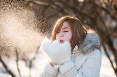 Vrouw die in de sneeuw blaast Royalty-vrije Stock Foto