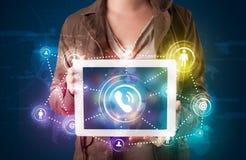Vrouw die de sociale lichten van de voorzien van een netwerktechnologie tonen Royalty-vrije Stock Afbeelding